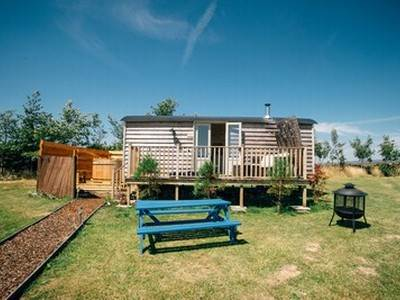 Meadow Hut with Hot Tub at Peak View Shepherd Huts